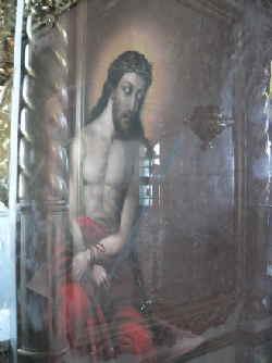Одна из самых редких и удивительных икон - «Спаситель в темнице», с образом Христа на холсте, стала мироточить: маленькие пятнышки благодатного мира появились с правой стороны изображения...